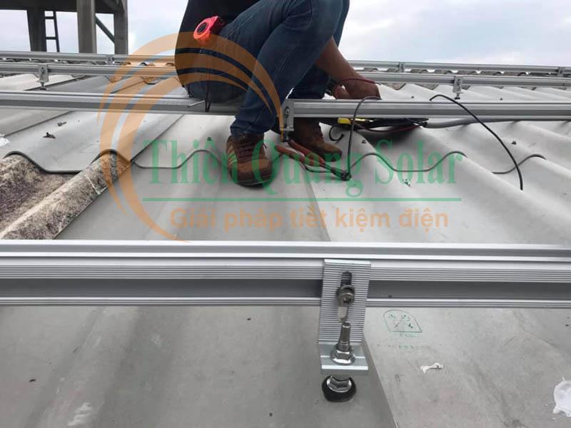 Cách lắp pin năng lượng mặt trời trên mái tôn sóng tròn